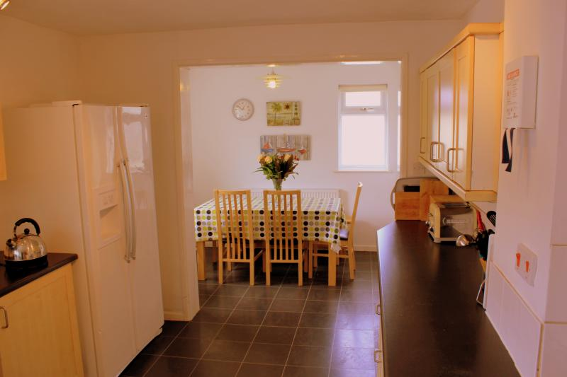 Spacious kitchen/dining area with American style fridge freezer and breakfast bar - Hillside - Falmouth - rentals