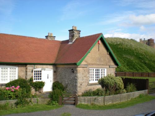 The welcoming exterior - Coastguard Cottage - Bamburgh - rentals