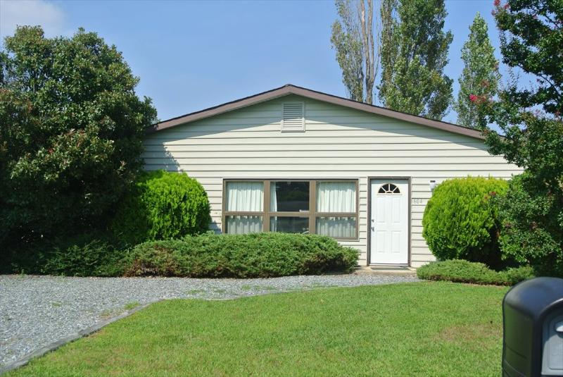 4 bedroom, 2 bath air conditioned home close to pool and tennis courts. - Image 1 - Bethany Beach - rentals