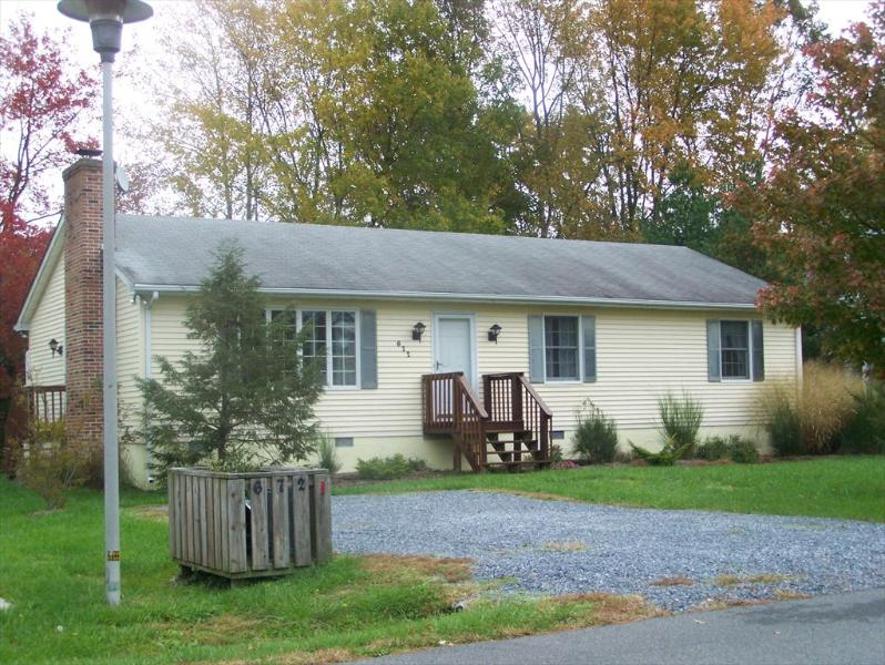 Neat and clean 3 bedroom home with several pools nearby! - Image 1 - Bethany Beach - rentals