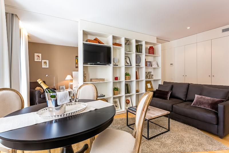 Living Room - Homearound Rambla Suite & Pool - Luxury (1BR_61C) - Barcelona - rentals