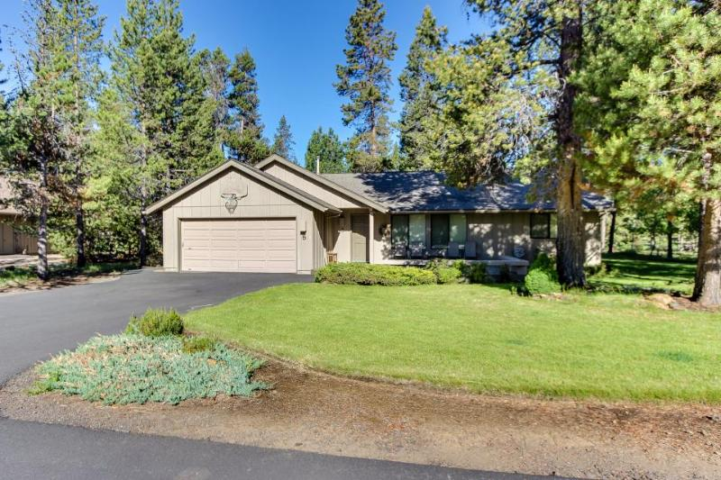 Cozy home w/ private hot tub, SHARC passes & entertainment! - Image 1 - Sunriver - rentals