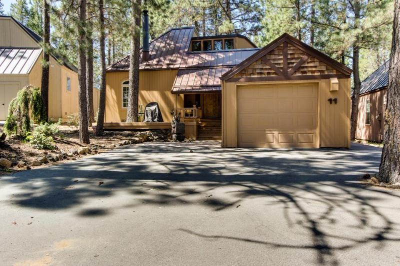 Rustic-chic home w/private hot tub & SHARC access, great location! - Image 1 - Sunriver - rentals
