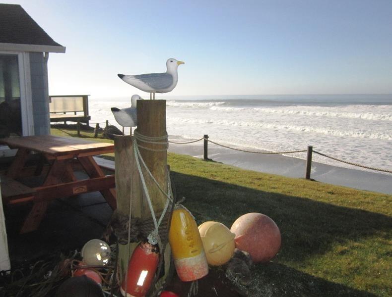Sea Escape - Main Level - Patio with picnic table - SEA ESCAPE - Lincoln City - Lincoln City - rentals