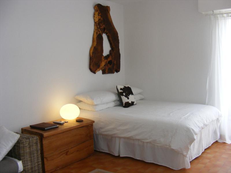 The double bed and wall hanging. - Studio de l'Ocean - Hossegor - rentals