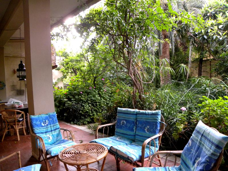Relax in the intimate 'porticato' after a day of sightseeing - VILLA DELLE PALME, GARDEN SUITE - Casteldaccia - rentals