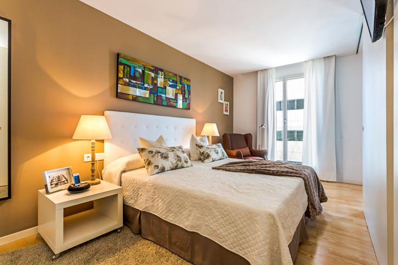 Large bedroom decorated with a romantic touch - Homearound Rambla Suite & Pool - Luxury (1BR_61D) - JANUARY STAYs PROMO - Barcelona - rentals
