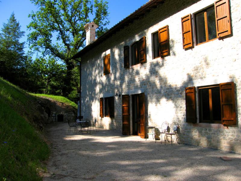 APT D + terrace area occupies half the ground floor, as seen in the photo - Villa Marianna : D - Spoleto - rentals