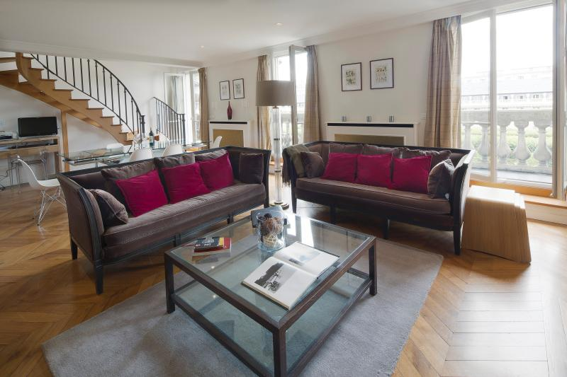 Airy 3 bedroom overlooking the Palais Royal Gardens - Image 1 - Paris - rentals