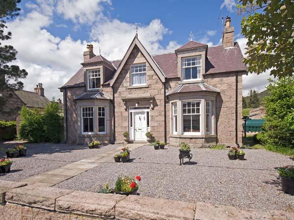 GRANVILLE, open fires, WiFi, enclosed garden with furniture, great base for Cairngorms National Park, Ref 913393 - Image 1 - Ballater - rentals