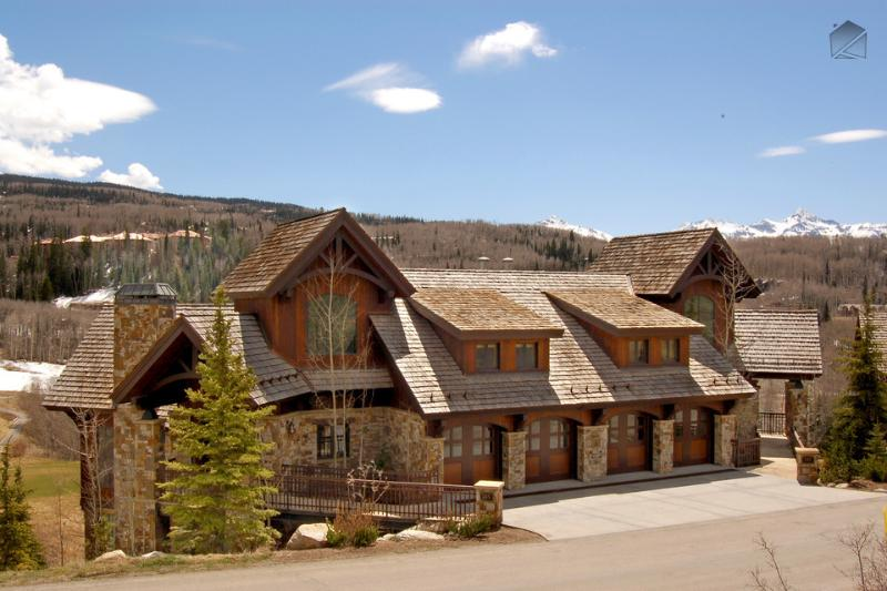This big townhome sits right on the first fairway of Telluride Golf Course and sports incredible mountain views. - Surrounded by beauty, inside and out - Private hot tub, private elevator, game room - Five Woods Retreat - Mountain Village - rentals