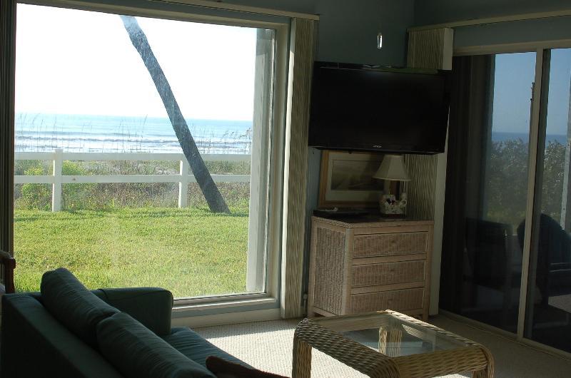 living rm / 2 ceiling to floor ocean views/ 2 new HD flat screen TV's - $100 off  april/ FULL OCEAN VIEWS,1st. Fl., QUIET - Cocoa Beach - rentals