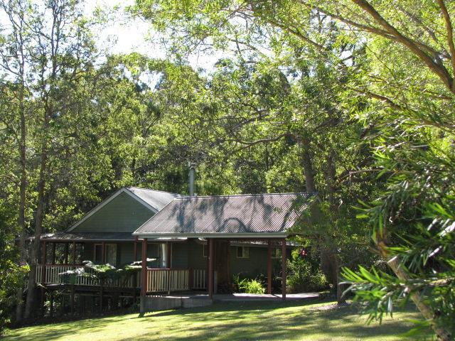 Bottlebrush Cottage is fully self-contained and air conditioned and sleeps up to four persons. - MALENY COUNTRY COTTAGES - Maleny - rentals
