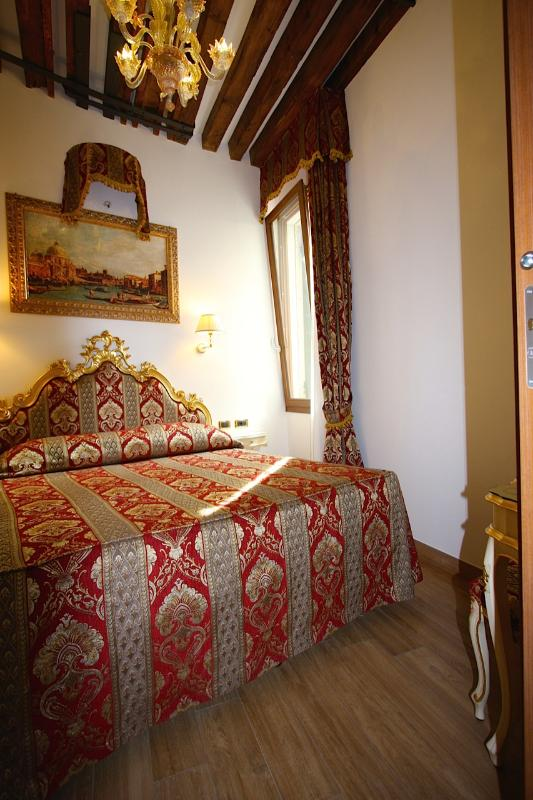 Bedroom with double bed - Splendid Star - 150 feet from San Mark's Square - Venice - rentals