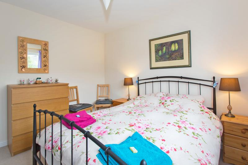 Tea and coffee facilities on the unit - A Double Bedroom in a family home - Cheltenham - rentals