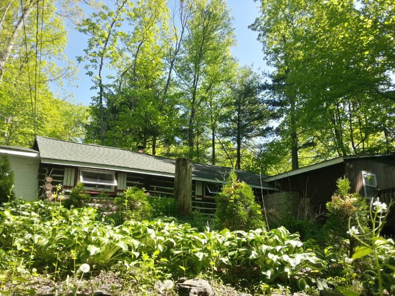 Front view of cabin, deck is to the right. - Painted Fern- Classic Log Cabin w modern amenities - Dingmans Ferry - rentals
