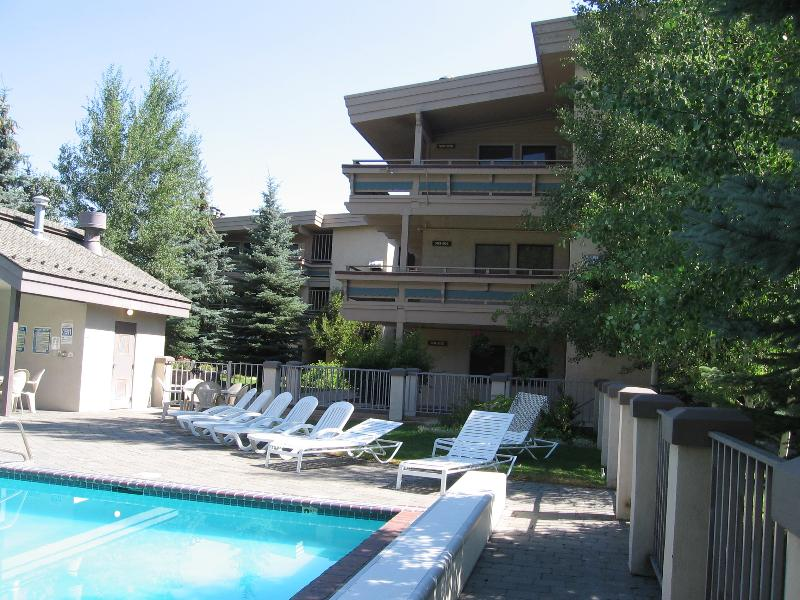 Outside view of building & pool area - Luxury 2bedroom, 2 bath, year round heated outdoor pool/ hot tub, ski in-out, @ River Run lifts in Ketchum. - Ketchum - rentals