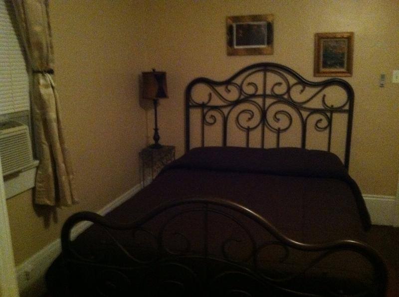 Back bedroom with queen bed - Marginybnob 2 in the Frenchman area - New Orleans - rentals