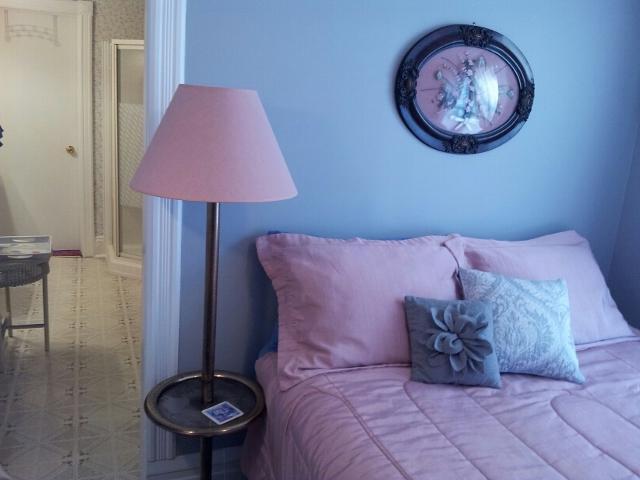 Queen Bedroom ( Smaller room of 2 Bedroom Suite ) - Queen Ensuite Bedroom Andrea's Bed and Breakfast - Niagara Falls - rentals