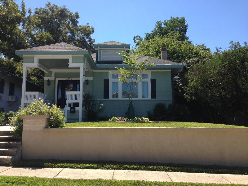 Lovely modern apartment adjacent to this vintage renovated Craftsman! - Modern Apt Just 1.5 Miles from Alamo & Riverwalk! - San Antonio - rentals