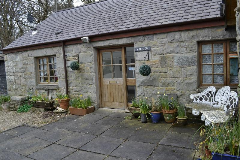 Front of cottage - Barn Conversion close to the sea, mountains and woodlands at Trefor - Trefor - rentals