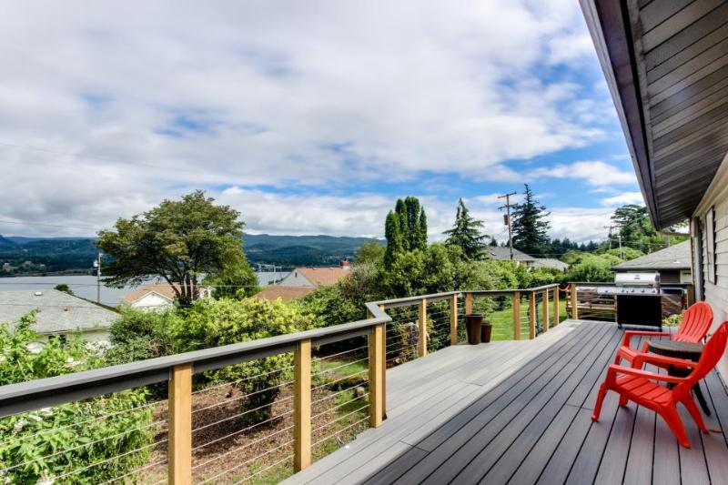 Magnificent dog-friendly home w/ lake & mountain views from large deck - Image 1 - Cascade Locks - rentals