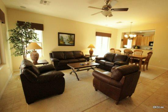 Spacious living room with plenty of sunshine - Three Bedroom, Home in Oro Valley with Mountain and Golf Course Views! - Oro Valley - rentals