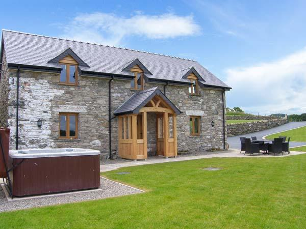 TYN Y CELYN, hot tub, WiFi, woodburner, wonderful views, en-suites throughout, near Ruthin, Ref. 904807 - Image 1 - Ruthin - rentals