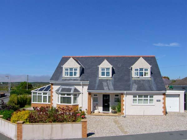 APPLEBY HOUSE, detached, conservatory, off road parking, front and rear garden, in Trearddur Bay, Ref 914221 - Image 1 - Trearddur Bay - rentals