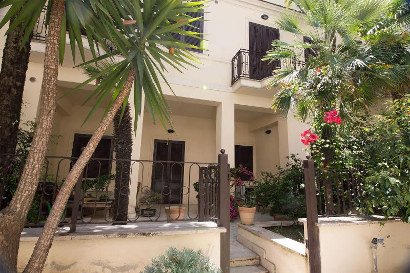 entrance with private garden. - Leopardi House close Coliseum with private garden - Rome - rentals