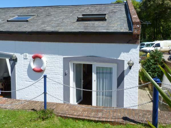 WEST SEA VIEW NO.5, converted boathouse, direct access to beach, parking, slipway, in Yarmouth, Ref 905105 - Image 1 - Yarmouth - rentals