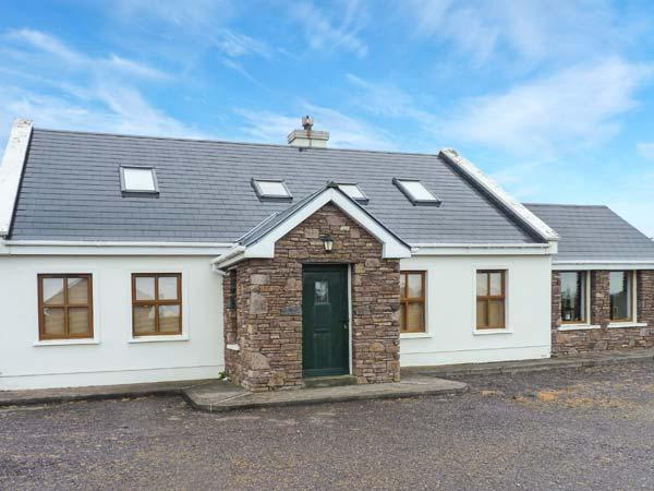 TUGH AN TOBAR, solid fuel stove, all en-suite bedrooms, beautiful views, delightful cottage near Dingle, Ref. 913435 - Image 1 - Dingle - rentals