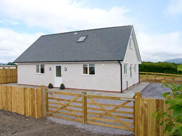 HENDRE, ground floor wet room, woodburning stove, WiFi, enclosed garden, Ref 913798 - Image 1 - Ruthin - rentals