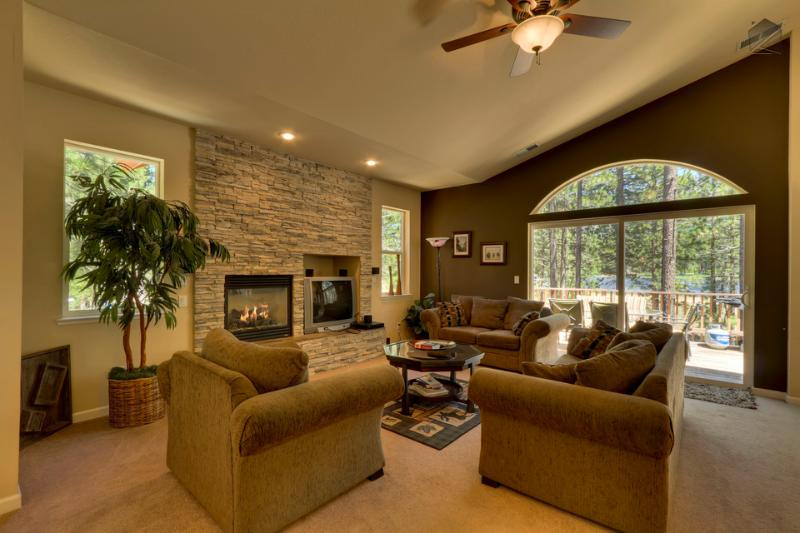 Snuggle up to the cozy gas fireplace and enjoy a bottle of wine in the living room. - Modern Tahoe mountain home with hot tub, gas grill, close to Heavenly - Tahoe Jazz - South Lake Tahoe - rentals