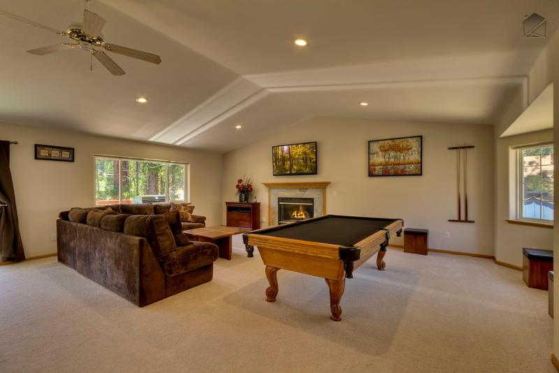 Living room has an Olhausen pool table, cozy fireplace, and a great home entertainment system - Chateau with spacious living room, pool table, fireplace and hot tub - Cougar Chateau - South Lake Tahoe - rentals