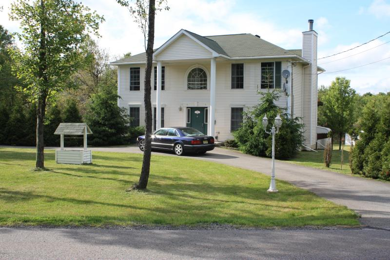 Spacious 3 Bedroom, 2.5 Bath Colonial House - Minutes to Ski Slopes!  Private Hot-Tub & Sauna!! - Albrightsville - rentals