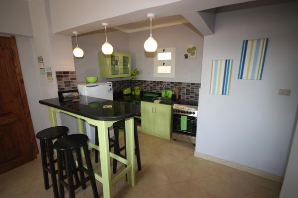 Zesty open plan kitchen with gas oven and 4 hobs, toaster, kettle and large fridge/ freezer. - Zesty apartment - 2 bedrooms, Wifi, BBQ, stylish. - Dahab - rentals