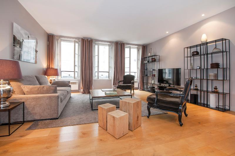 Living room with 3 double glass windows giving to the famous rue Mazarine - One bedroom haven in Saint-Germain-de-Prés - Paris - rentals