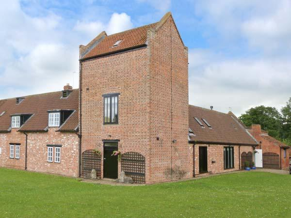 SMEATON MANOR STABLES, Grade II listed, hot tub, en-suites, large garden, pet-friendly, near Northallerton, Ref 27571 - Image 1 - Northallerton - rentals