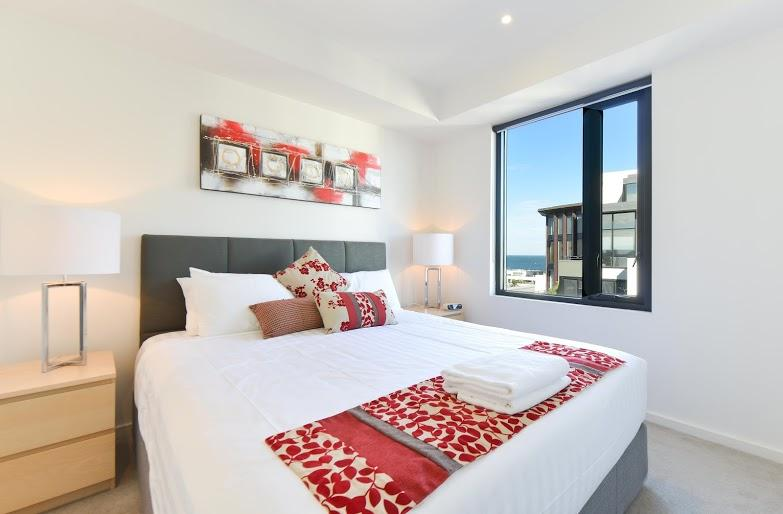 New pillow-top king bed, with new bedside lamps & tables & drawers, with a view of the bay. - StayCentral Seaviews corporate short & long stay; pool gym beach shopping trams - Melbourne - rentals