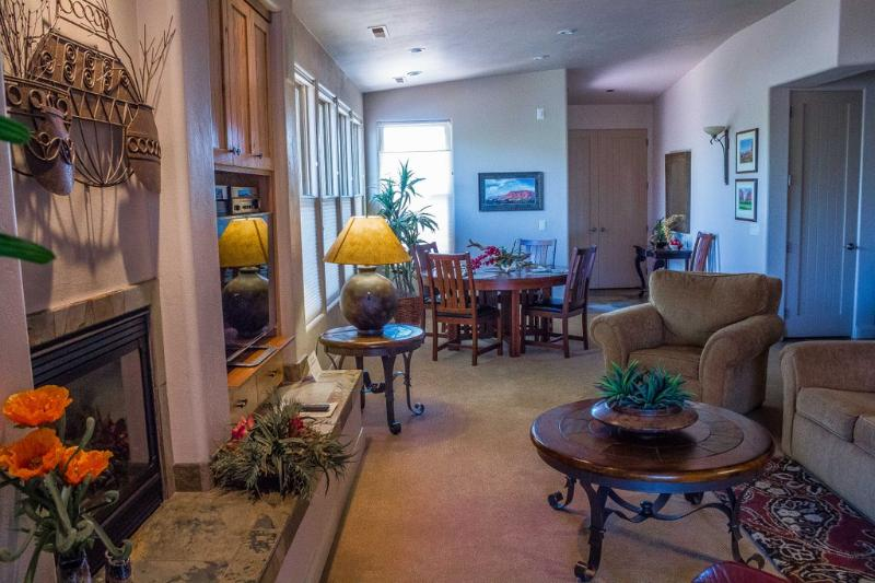 Great Room With Flat Screen TV And Gas Fireplace - Entrada Gated Immaculate 2 Bedroom 2 Bath Home - Saint George - rentals