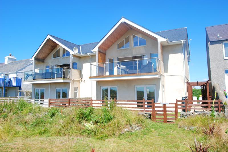 Celyn y Mor. A contemporary 'Beach house' among the dunes of Rhosniegr beach! - Image 1 - Rhosneigr - rentals