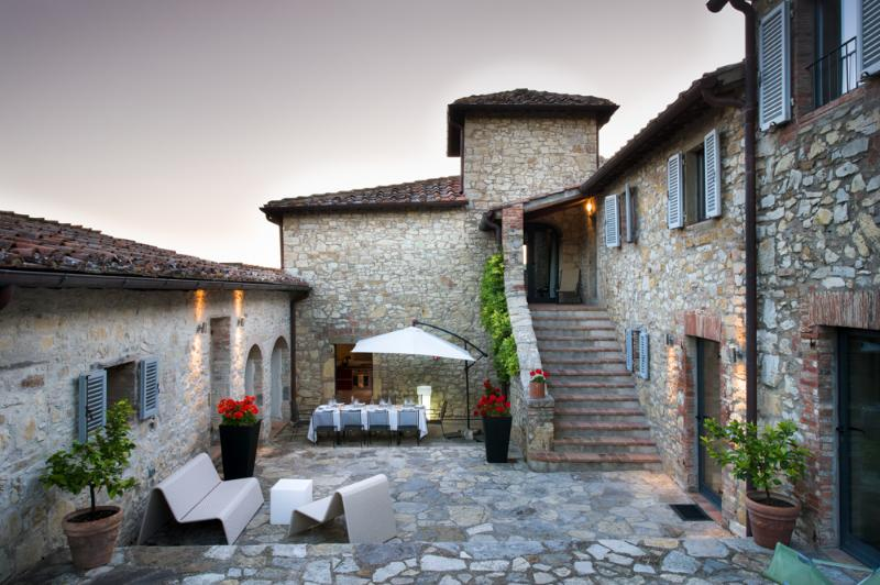 Large central courtyard with pizza oven and barbecue - Luxury Villa in Chianti, perfect for families - Gaiole in Chianti - rentals