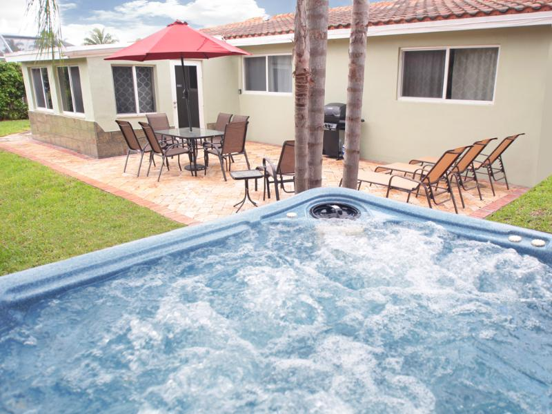 Enjoy this above ground tropical, hot tub/spa on a waterway. - Bayside Bungalow: On Waterway with Dock. - Fort Lauderdale - rentals