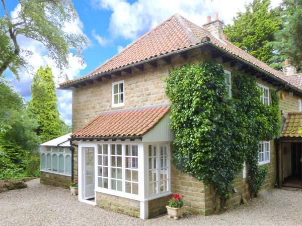 FIRBANK COTTAGE, open fire, WiFi, enclosed garden with furniture, tennis courts available, near Castleton, Ref 30565 - Image 1 - Castleton - rentals