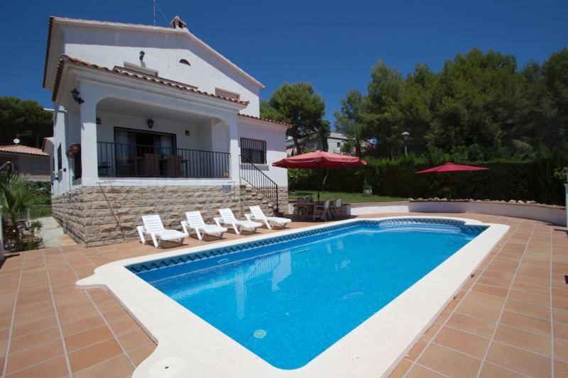 Fabulous Cunit villa for 8 guests, only 2km  from the beaches of Costa Dorada - Image 1 - Costa Dorada - rentals