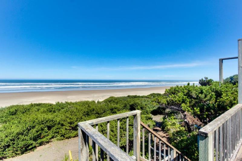 Oceanside Big Stump Beach getaway - dog-friendly, romantic, and cozy! - Image 1 - Waldport - rentals