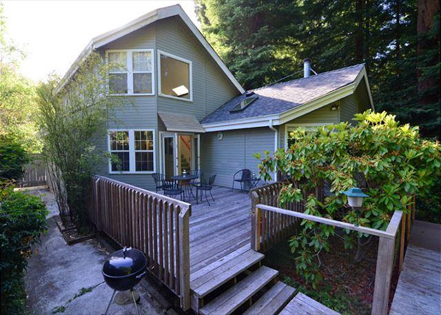 Great back deck area for the BBQ! - Hilltop House of Arcata - Large & Open 2 story, 2 bedroom home sleeps 7! - Arcata - rentals