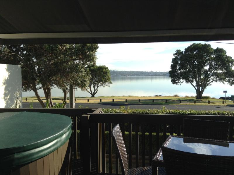 Front Deck dining and hot tup - Seaview Cottage Close To Airport &  Downtown - Auckland - rentals