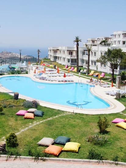 VIEW ACROSS MAIN POOL AND RESTUARENT. - BODRUM HOLIDAYS PRESENTS. 2 BED ROOF TOP APARTMENT - Bodrum - rentals